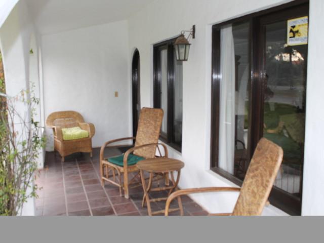 Casa de excelente edificación y luminosos ambientes
