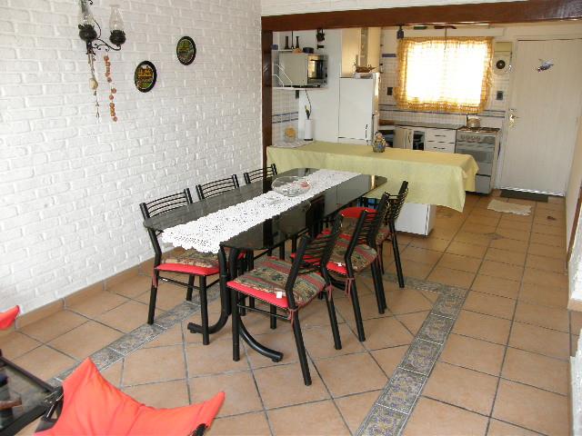 Linda casa de cómodos ambientes a 300mts del mar.-