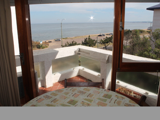 Apartamento con vista al mar cerca de todos los servicios.-