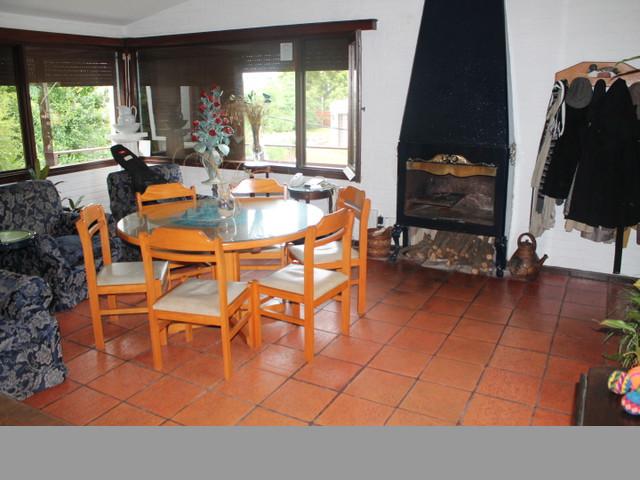 Confortable casa ubicada en un alto, a 100mts del mar.-