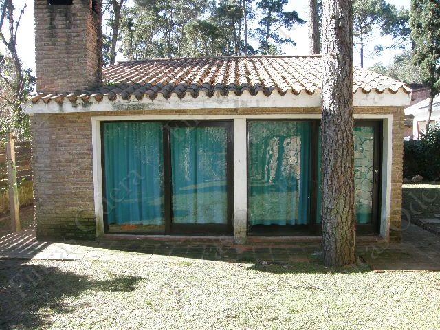 Casa de buena construcción con ambientes muy luminosos, a pocas cuadras