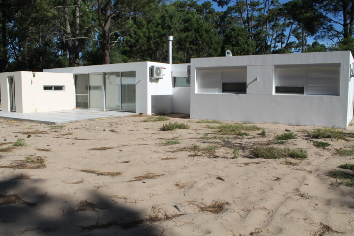 Moderna y luminosa casa de buena construcción, Playa La Mansa