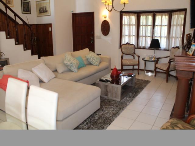 Confortable casa ubicada en un agradable entorno.-