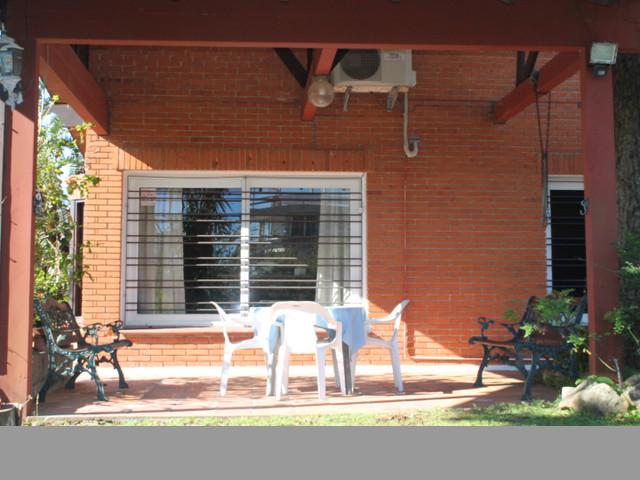 Casa de excelente edificación, amplios ambientes a 300mts del mar.-