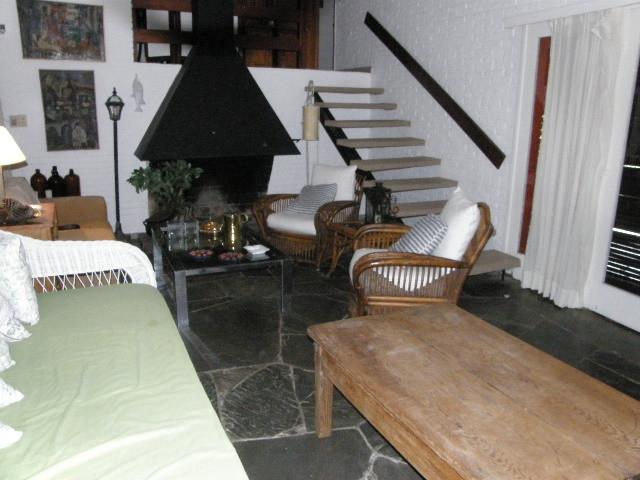 Linda casa a 300mts del mar, ubicada en un agradable entorno.-