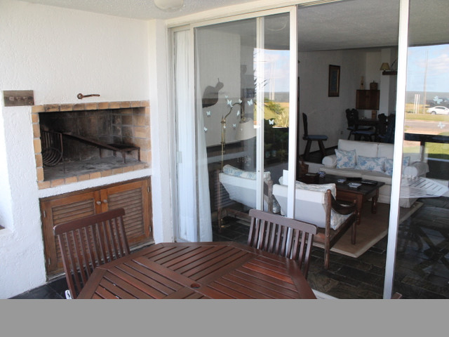 Apartamento con balcón frente al mar y parrillero propio.-