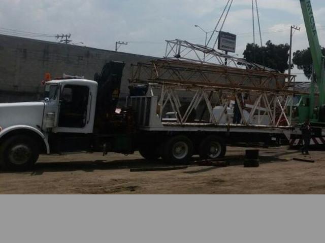 La grua está cargando parapetos en el segundo piso de Puebla, cargando u