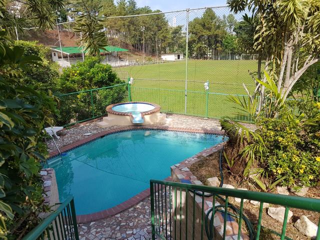 casa hermosa con muchas amenidades para ofrecer como piscina, terraza co