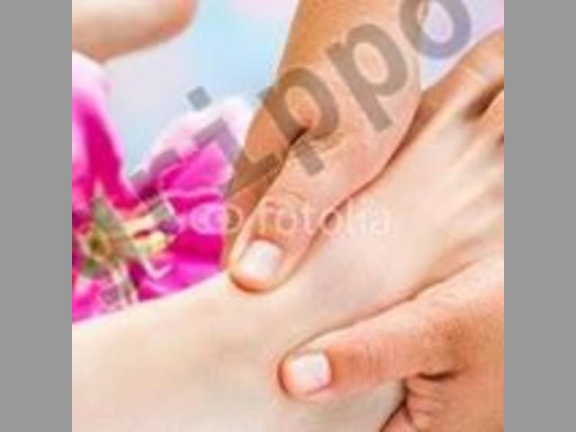 a un pie con una fllor estan danle masaje