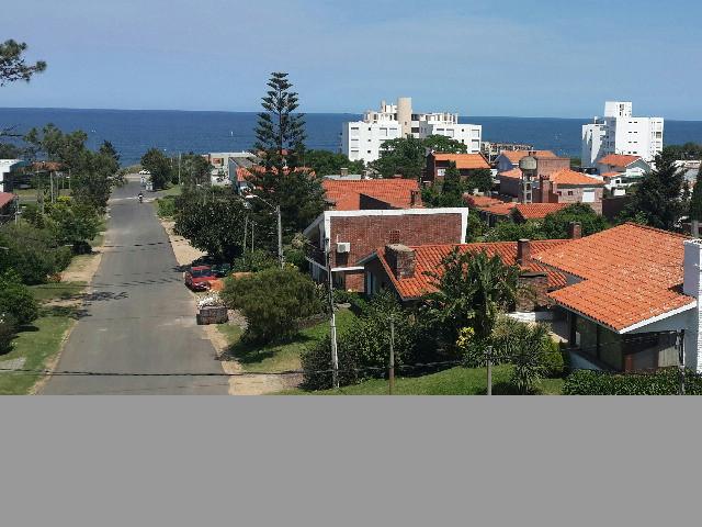 Hermosa casa ubicada en un alto con vista al mar.-