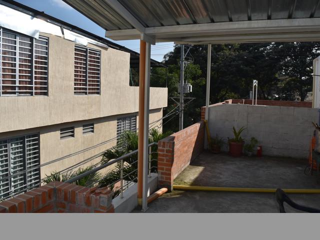 SE VENDE HERMOSA CASA DE 2 PISOS CON AZOTEA EN UN EXCELENTE PRECIO